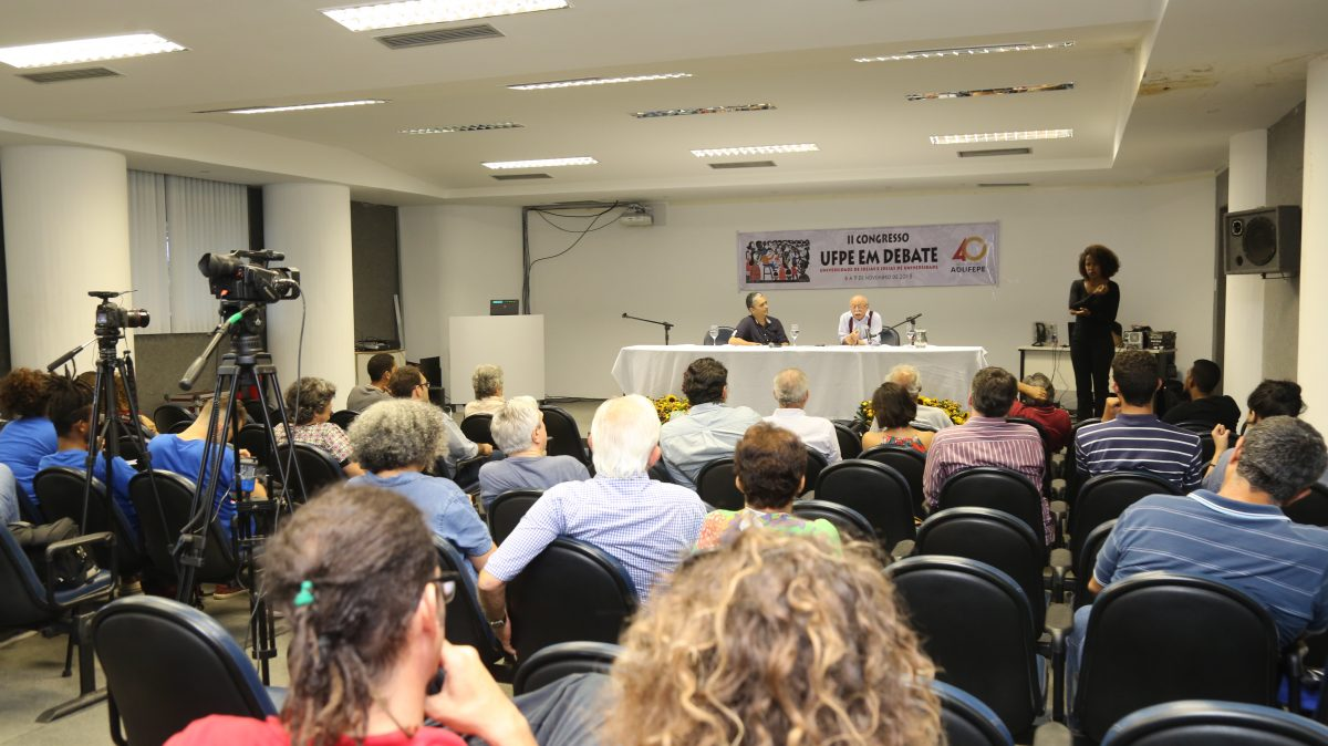 Cientista político Roberto Amaral ministrou palestra no Congresso UFPE